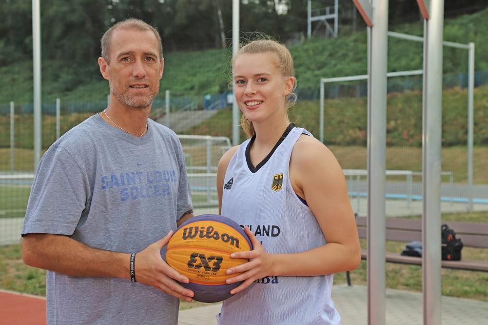 Joe Enochs (49) vor mittlerweile drei Jahren mit seiner Tochter Emily. Sie studiert in den USA, ist eine hochtalentierte Basketballerin und spielte auch schon für die deutsche Nachwuchsnationalmannschaft.