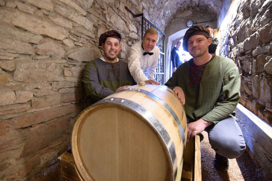 """Wolfgang Lückert (62, Mitte), Betreiber des Plauener Whiskyhandels """"Spirit of Oak"""", war für die Einlagerung verantwortlich. Die Augustusburger Hausmeister Franz Vieweger (29) und Tim Laßner (30, v.l.) halfen ihm dabei."""