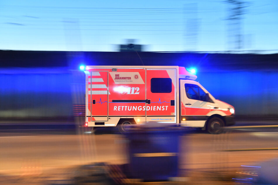 Ein Rettungswagen brachte die Neunjährige in eine Klinik. (Symbolbild)