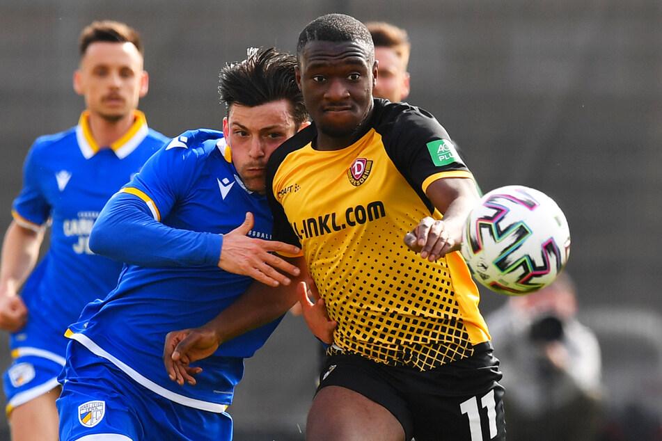 Agyemang Diawusie (rechts) setzt sich im Testspiel gegen Lucas Stauffer von Jena durch.
