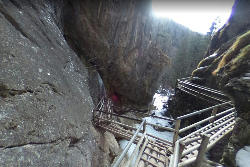Felsstücke brechen aus Steilwänden heraus: Zwei Wanderer sterben, sieben Verletzte