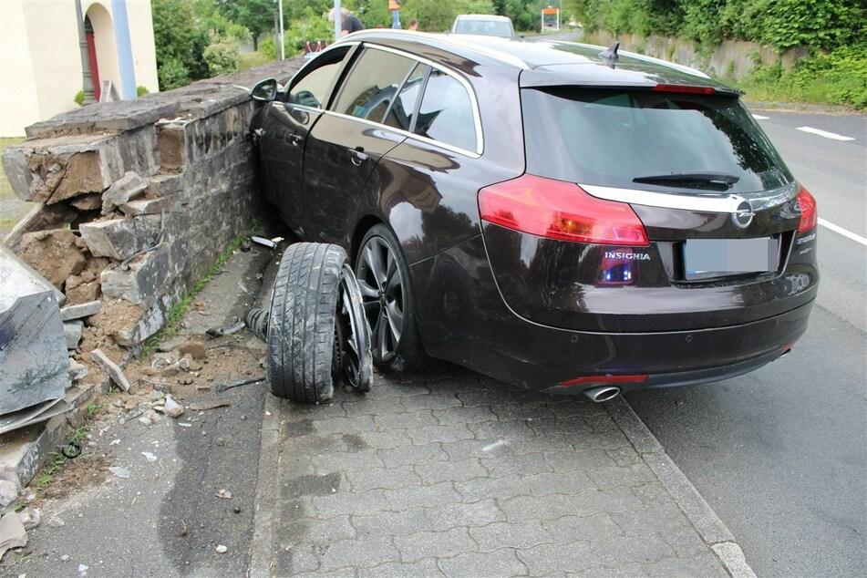 Die 24-Jährige ist mit ihrem Opel Insignia von der Straße angekommen und ungebremst gegen eine Kirchenmauer geprallt.