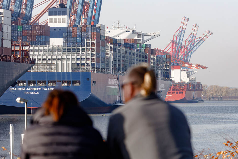 """Die """"CMA CGM Jacques Saadé"""", das weltgrößte Containerschiff mit Erdgasantrieb, liegt im Burchardkai."""
