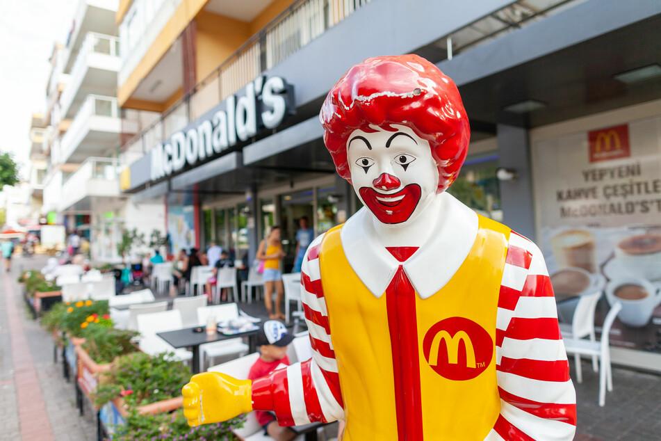 Ein Maskottchen von Ronald McDonald steht vor einem Laden der Fast-Food-Kette (Symbolbild).