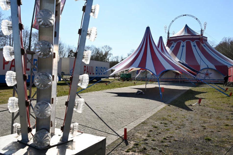 Geschlossen ist der Zirkus Paul Busch, der seine Zelte in den Ederauen aufgebaut hat. Er ist infolge der Coronakrise gestrandet.