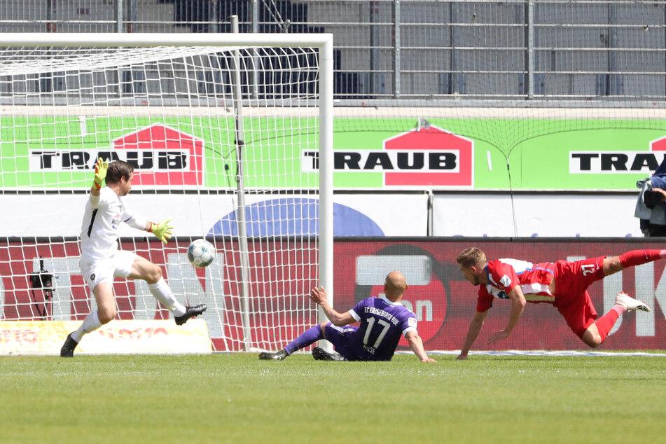 Konstantin Kerschbaumer (r.) trifft per Flugkopfball zum 2:0.