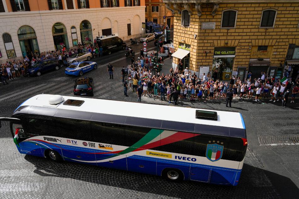 """Der Mannschaftsbus der """"Squadra Azzura"""" macht sich mit den Spielern auf den Weg zum Empfang im Quirinalspalast in Rom."""
