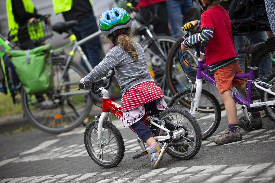 """Im Rahmen der """"Kidical Mass"""" schwingen sich die jüngsten Verkehrsteilnehmer aufs Fahrrad."""
