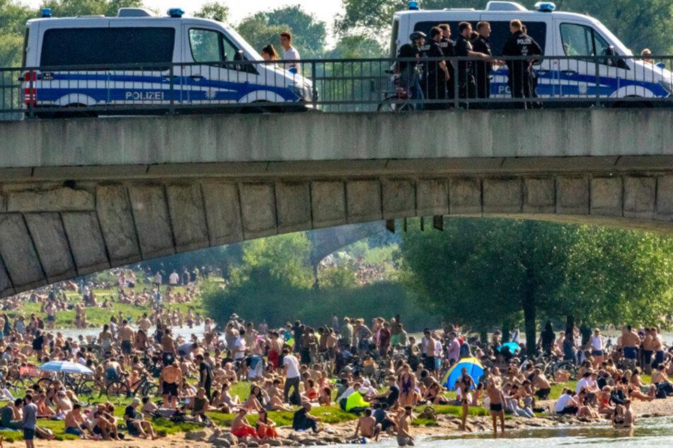 Auf der Reichenbachbrücke iin München stehen Einsatzwagen der Polizei. Wegen Zehntausender Verstöße gegen die Corona-Auflagen der bayerischen Staatsregierung haben die Behörden Bußgeldbescheide in Millionenhöhe verhängt.