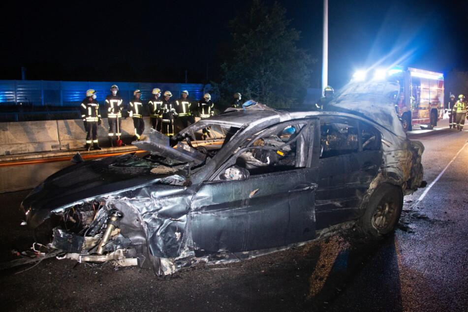 Der BMW ist nur noch ein Wrack. Wie durch ein Wunder blieben die Insassen nahezu unverletzt.