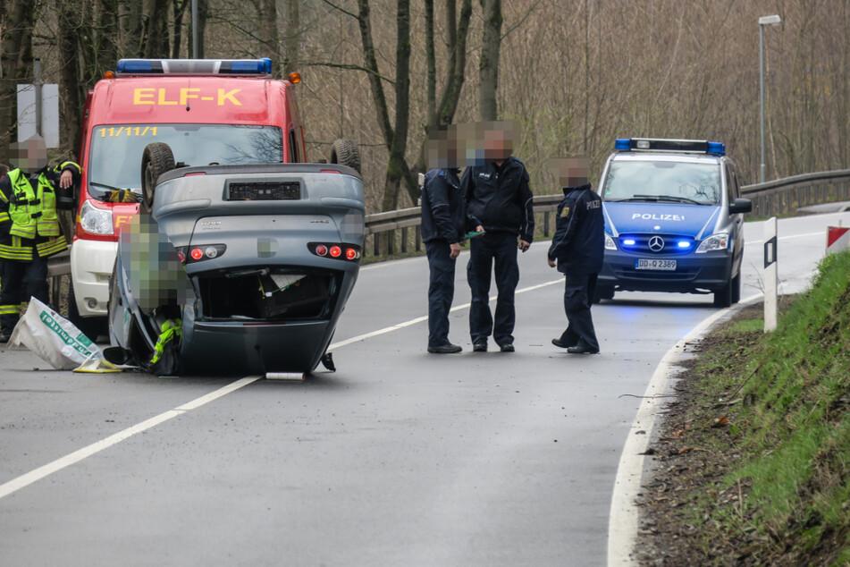 Heftiger Crash in Hartenstein: Auto kommt von Fahrbahn ab und bleibt auf Dach liegen