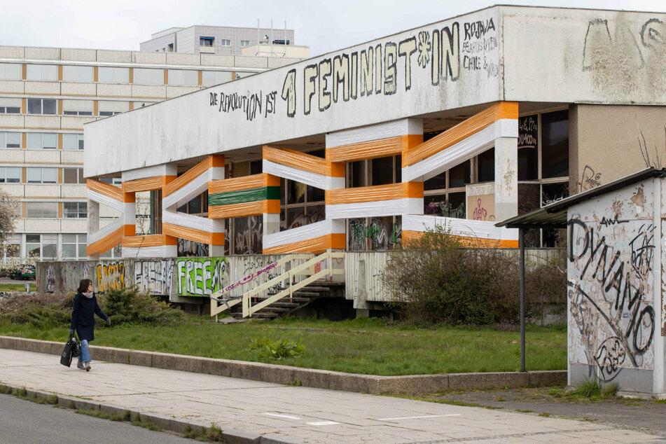 """102 Meter farbige Folienbänder machen die Robotron-Kantine zum Kunstort. Auftakt zum Projekt """"Prelude Nordost Südwest""""."""