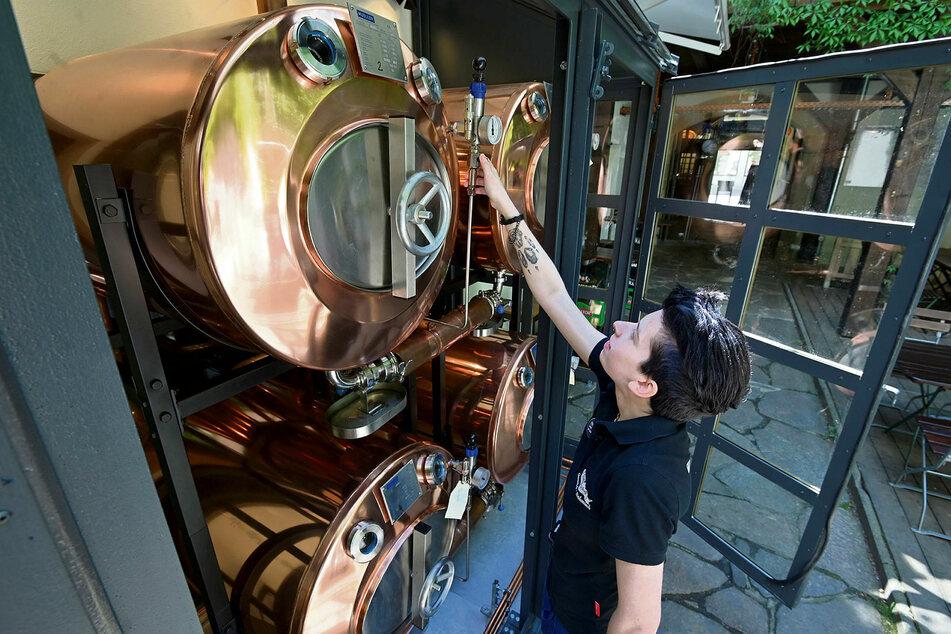 Mitarbeiterin Vivien Illgen (21) checkt die großen Kupfertanks in die - und aus denen - das Bier gepumpt wird.