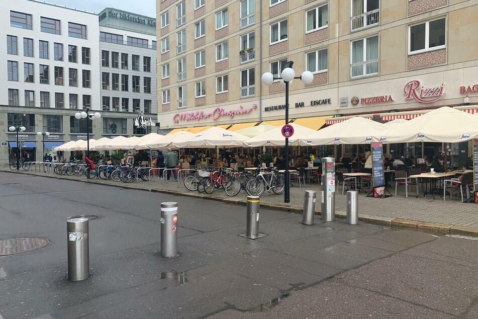 Auch unter den Schirmen der Milchbar Pinguin erfreuten sich einige Leipziger ihrer neuen Freiheiten.