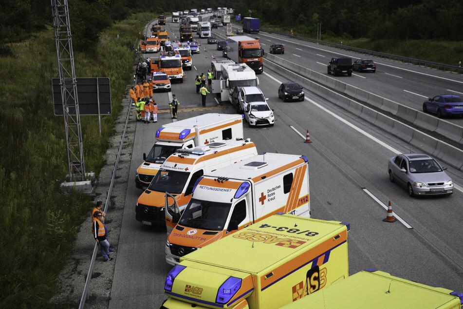 Der Verkehr wird an der Unfallstelle vorbeigeleitet.