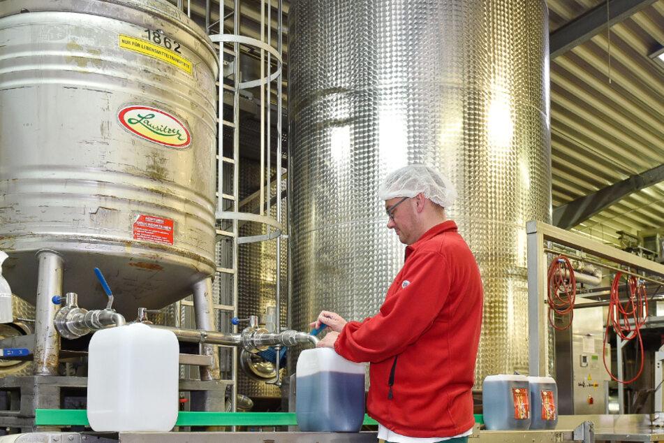 Der Lausitzer Weihnachtsmarkt-Glühwein wird schon in die Fässer abgefüllt.