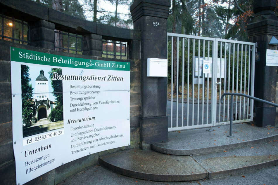 Das Tor zum Krematorium Zittau ist verschlossen. Die Leichen müssen dort bereits in einem Hochwasserlager zwischengelagert werden.