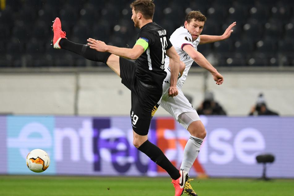 Voller Einsatz: Eintracht-Kapitän David Abraham (l.) im Zweikampf mit Basels Fabian Frei.