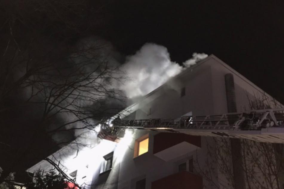 Dichter Rauch drang aus dem Dachgeschoss des Hauses.
