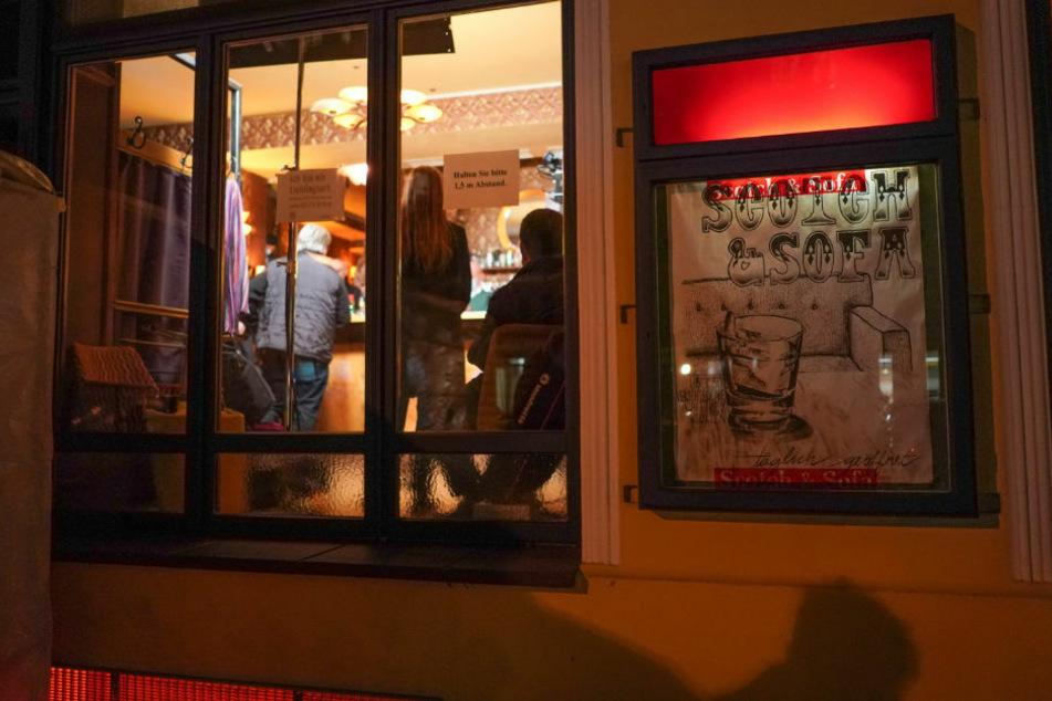 """Nachdem am 15. Januar eine illegale Veranstaltung in der Bar """"Scotch & Sofa"""" von der Polizei aufgelöst worden ist, wurde dort am Donnerstagabend eine angemeldete Versammlung abgehalten."""