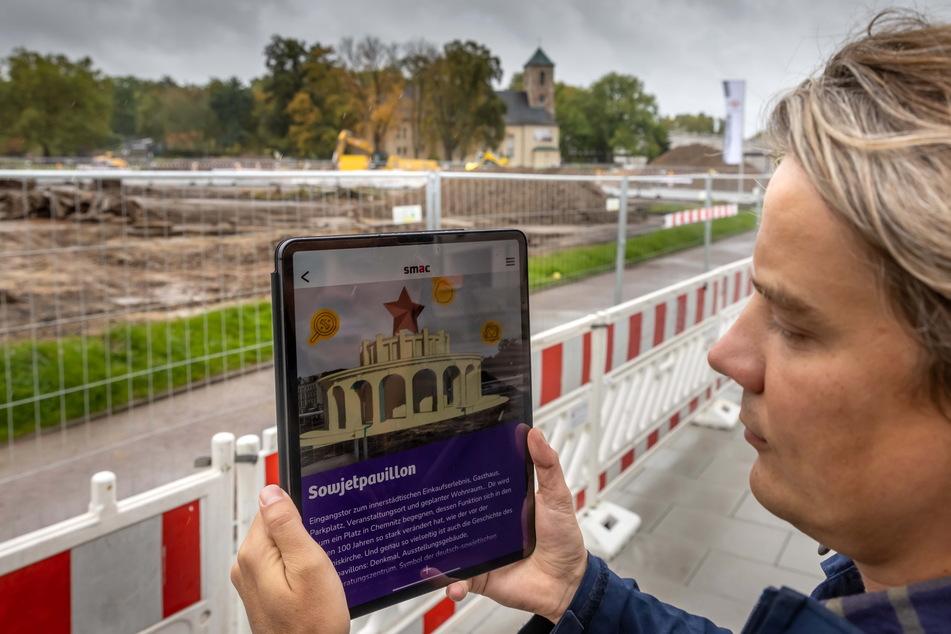 App-Entwickler Raffael Moco-Schiller begutachtet auf der Baustelle mittels Tablet den Sowjetpavillon im Jahr 1953.