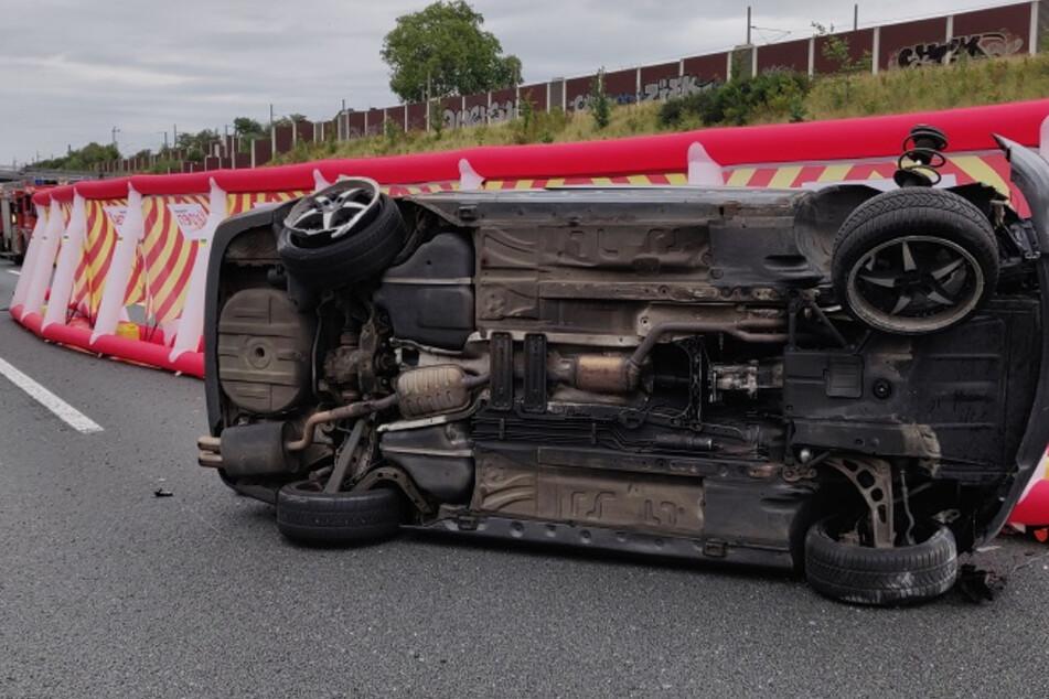 Nach dem Unfall des BMW errichtete die Feuerwehr einen Sichtschutz.