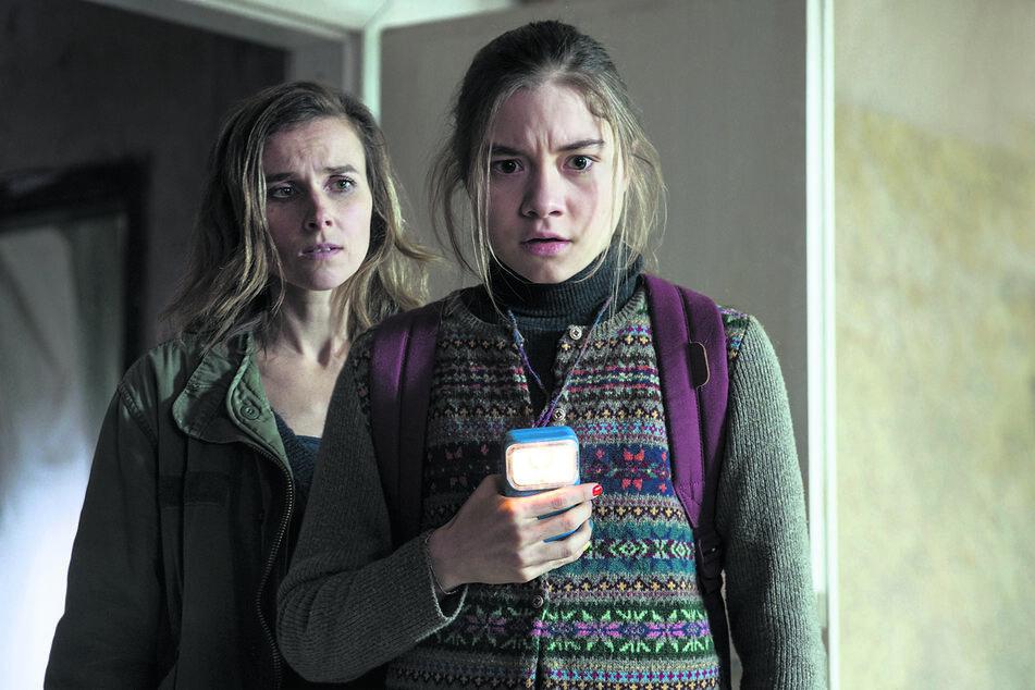 Karin Gorniak (Karin Hanczewski, l.) beobachtet Talia (Hannah Schiller), die sich mit ihrer Taschenlampe dem Tatort nähert.