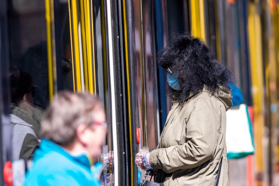Frau spricht Mann auf Maskenpflicht in Bus an: Dieser rastet aus und schlägt ihr ins Gesicht
