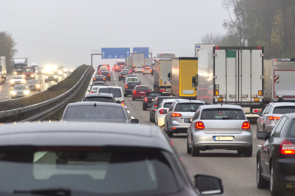 Auffahrunfall mit zwei Lastern: Vollsperrung auf der A14!