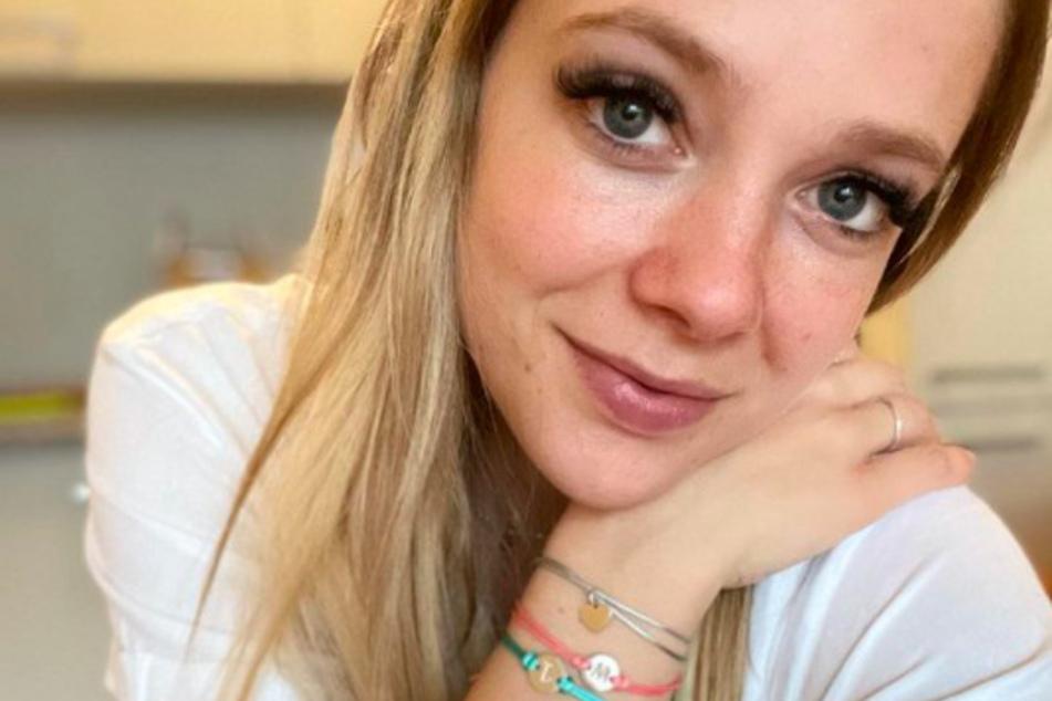 Auf YouTube spricht die Influencerin über ihre Liebesgeschichte.