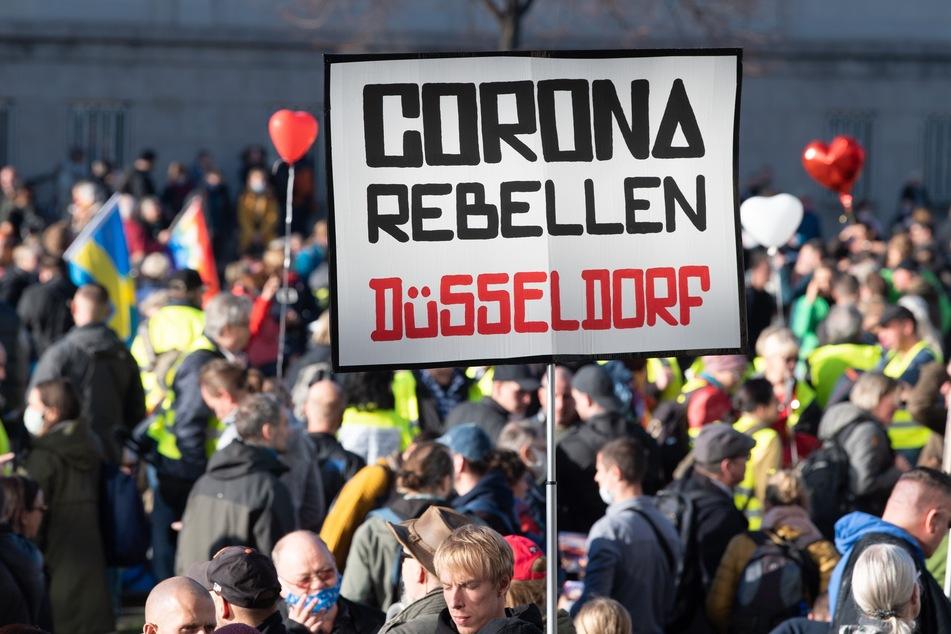 """Die """"Corona-Rebellen Düsseldorf"""" und rund 20 """"Querdenker""""-Gruppen in NRW werden ab sofort vom Verfassungsschutz beobachtet."""