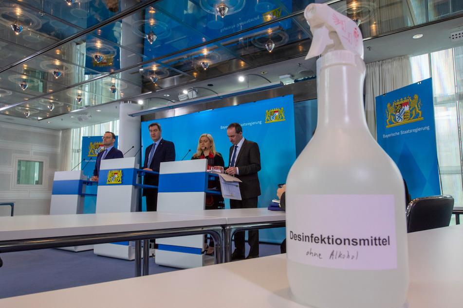Jens Spahn (l-r) (CDU), Bundesgesundheitsminister, Markus Söder (CSU), Ministerpräsident von Bayern, Melanie Huml (CSU), Staatsministerin für Gesundheit und Pflege, und Hubert Aiwanger (Freie Wähler), stellvertretender Ministerpräsident und Staatsminister für Wirtschaft, Landentwicklung und Energie, nehmen nach der Sitzung des bayerischen Kabinetts an einer Online-Pressekonferenz in der Staatskanzlei teil.