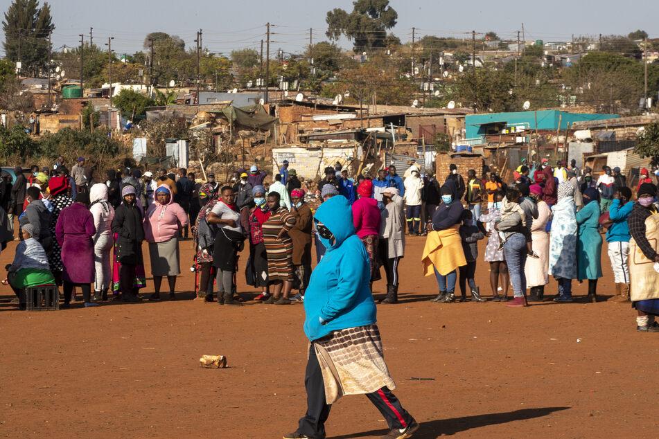 Menschen stehen in der südafrikanischen Stadt Pretoria Schlange, um Lebensmittelspenden zu erhalten. (Archivbild)