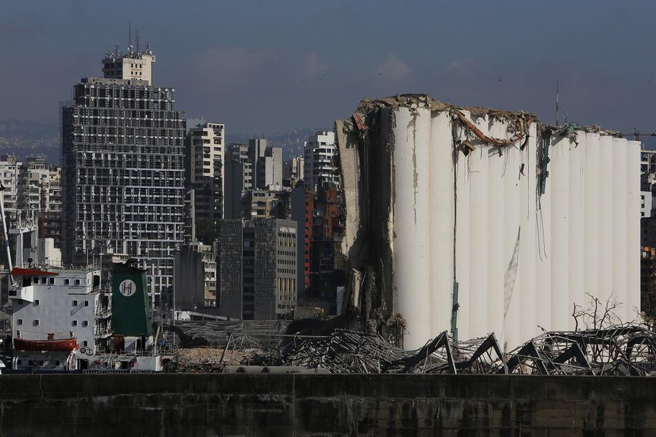Beschädigte Gebäude stehen im Hafen von Beirut.