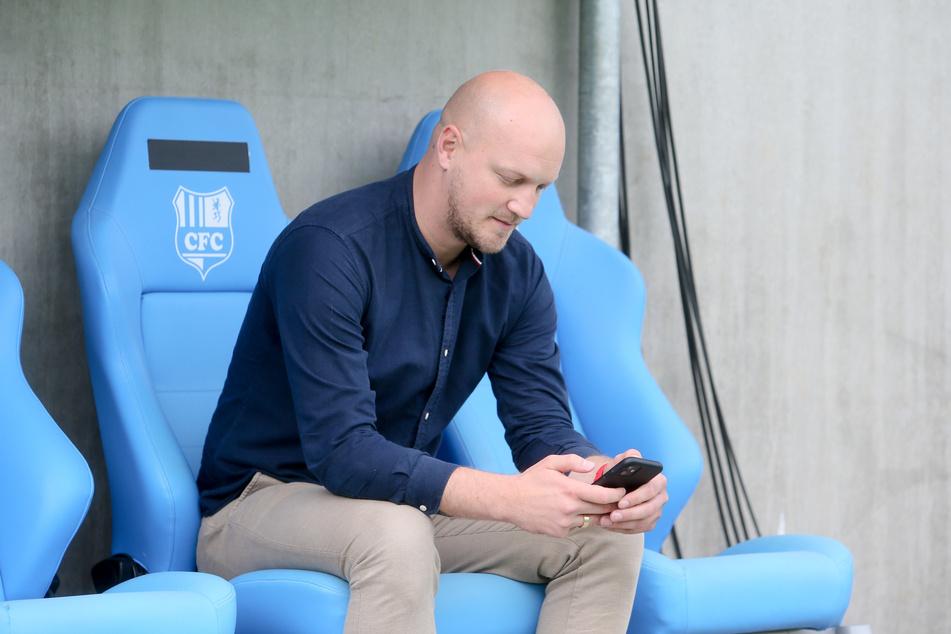 Das Handy immer griffbereit! Sportdirektor Armin Causevic hatte bei der Suche nach einem klassischen Mittelstürmer einige Kandidaten an der Strippe, doch letztlich scheiterten die Gespräche am engen Finanzrahmen der Himmelblauen.