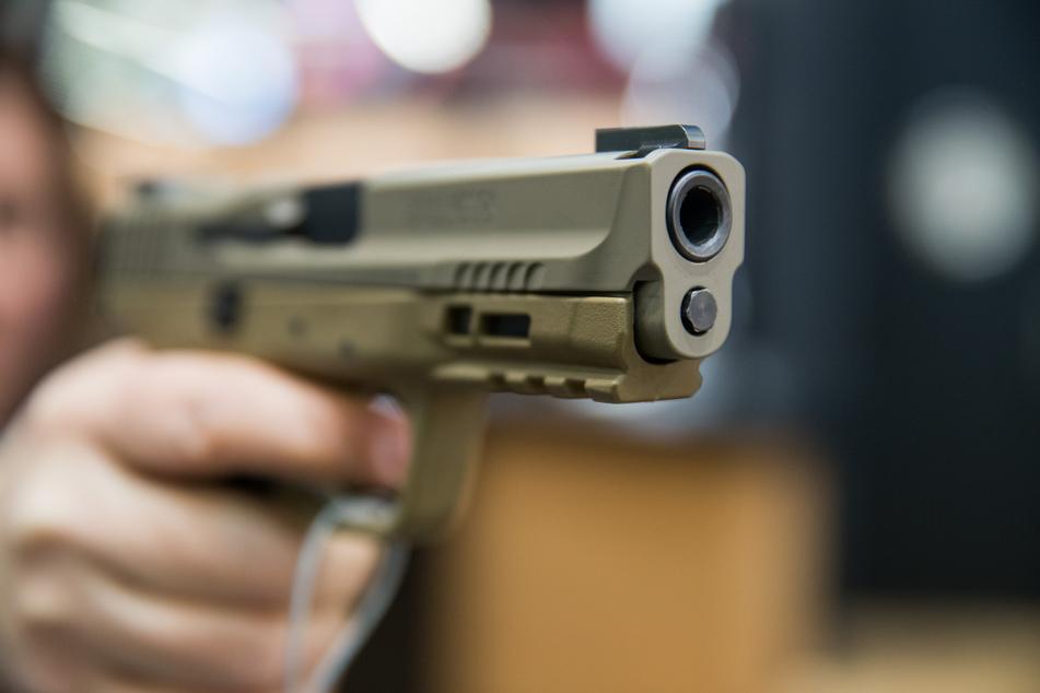 Eine Frau hält eine 9 Millimeter Handfeuerwaffe (Pistole) des US-amerikanischen Herstellers Smith & Wesson (S&W) in der Hand.