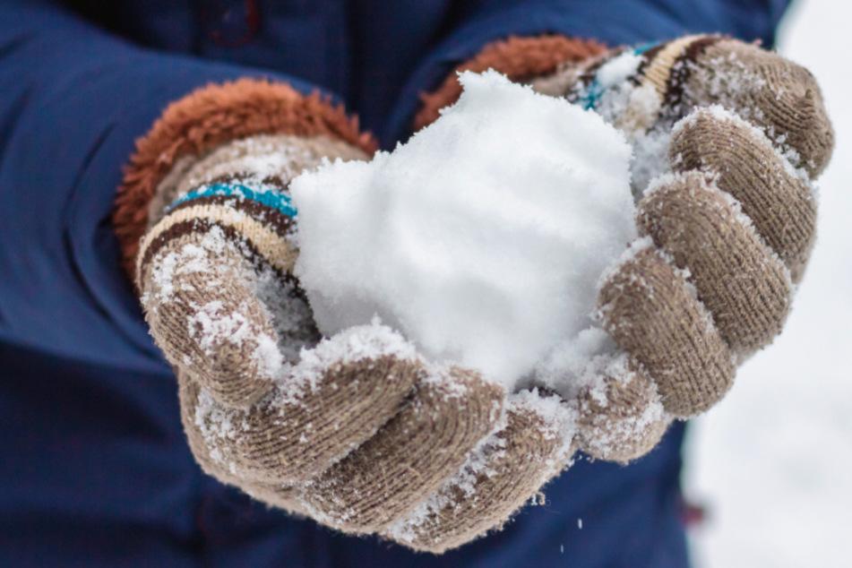 Schneebälle und Eisbrocken von Brücke auf fahrende Autos geworfen: Polizei sucht Zeugen