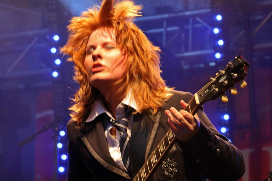 """Als """"Little Miss Angus"""" rockt Alexa auf der Bühne, eine Anspielung an AC/DC-Gitarrist Angus Young (65)."""