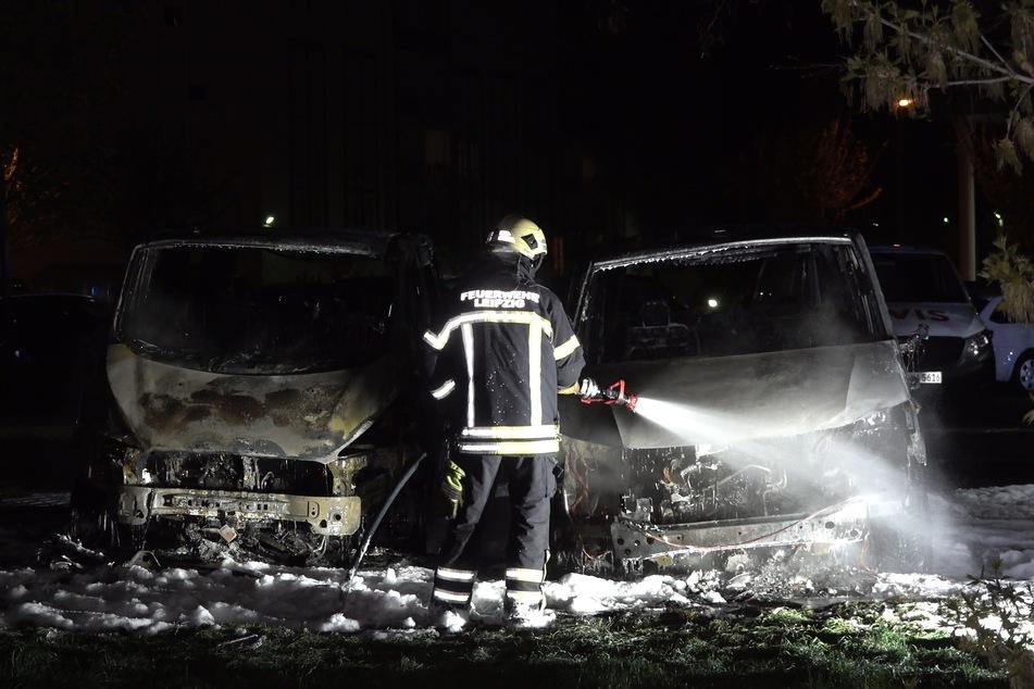 """Fünf Fahrzeuge waren betroffen, zwei von ihnen brannten vollständig aus. Ein Bekennerschreiben betitelte die Attacke als """"Solidaritätsaktion für Lina""""."""