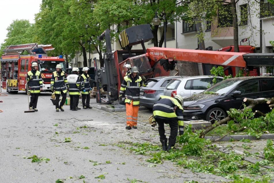München: Feuerwehreinsatz in München: Kran stürzt um und richtet hohen Schaden an