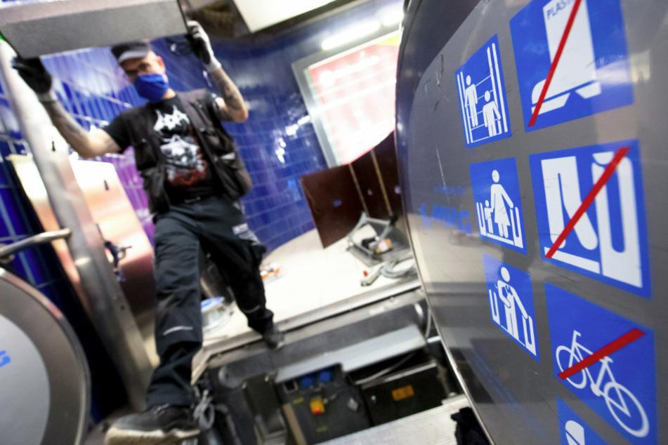 Kampf gegen Keime: Sechs Rolltreppen im U-Bahnhof Marienplatz werden derzeit mit einer speziellen UV-Desinfektion ausgestattet.