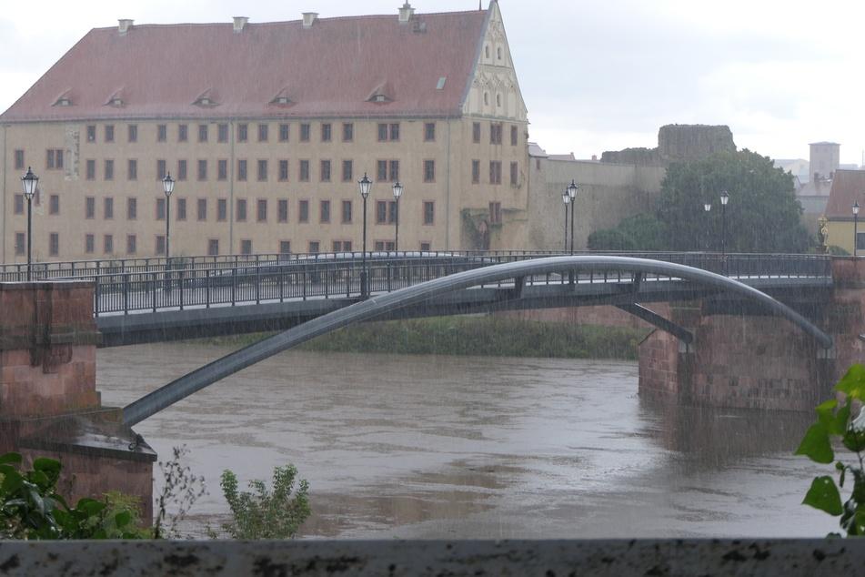 Die Mulde im Landkreis Leipzig steigt im Laufe des Samstags immer weiter an, die Feuerwehr hat vor allem mit den zulaufenden Bächen zu kämpfen.