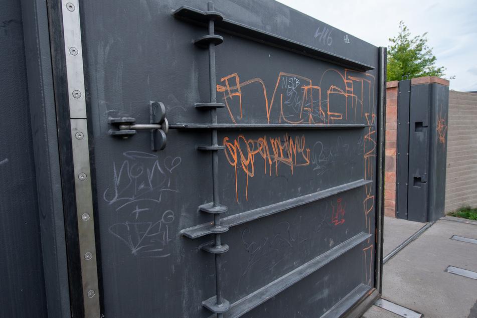 Ende Juli wurde die Hochwasserschutzanlage in Grimma von Unbekannten beschädigt. Nun lässt sich das Tor nicht mehr richtig schließen.
