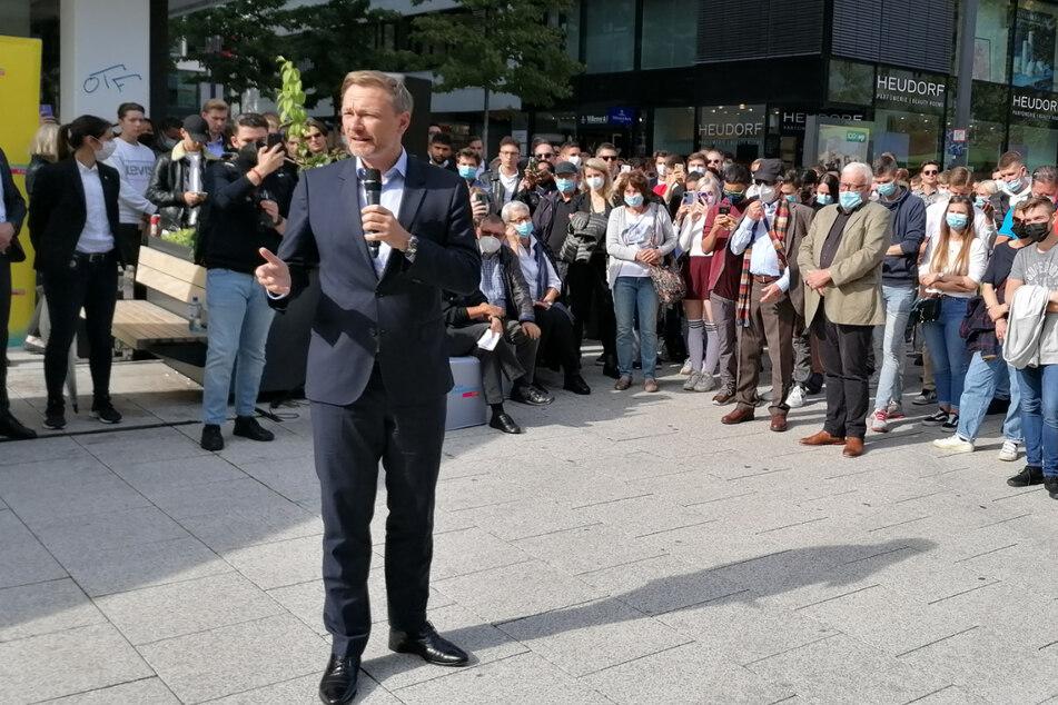 Christian Lindner (42, FDP) spricht in Stuttgart auf dem Kronprinzplatz.