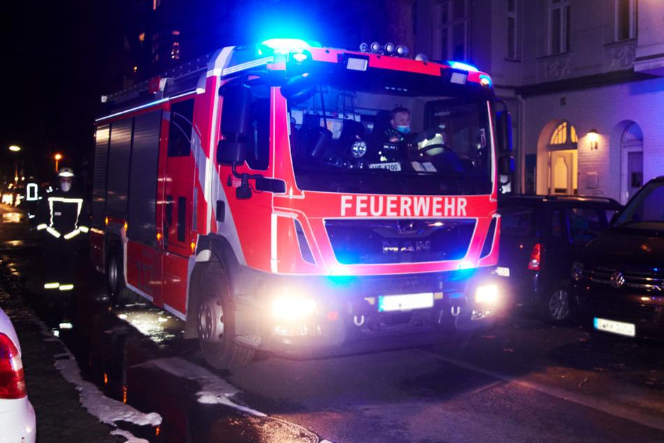 Ein Feuerwehrmann läuft neben einem Einsatzwagen. Zwei Menschen sind bei dem Feuer gestorben. (Symbolbild)