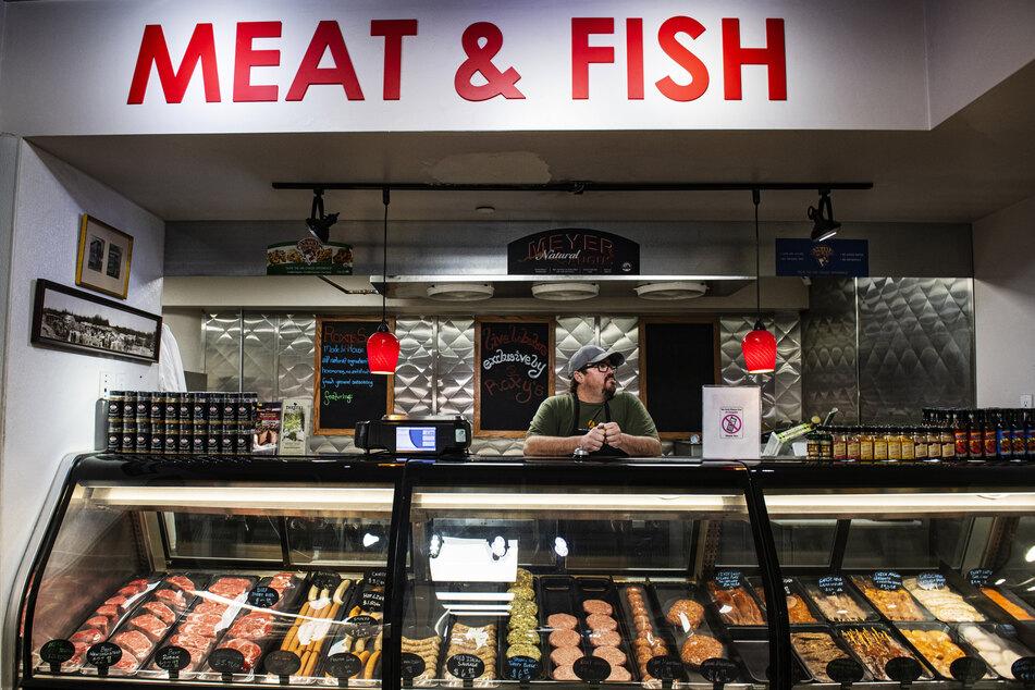 Ein Mann steht an der Theke eines Metzgerladens in den USA.