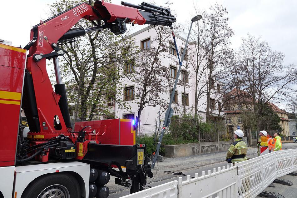 Ein Kran und acht Feuerwehrleute halfen, damit der Mast nicht weiter die fahrenden Autos gefährdete.