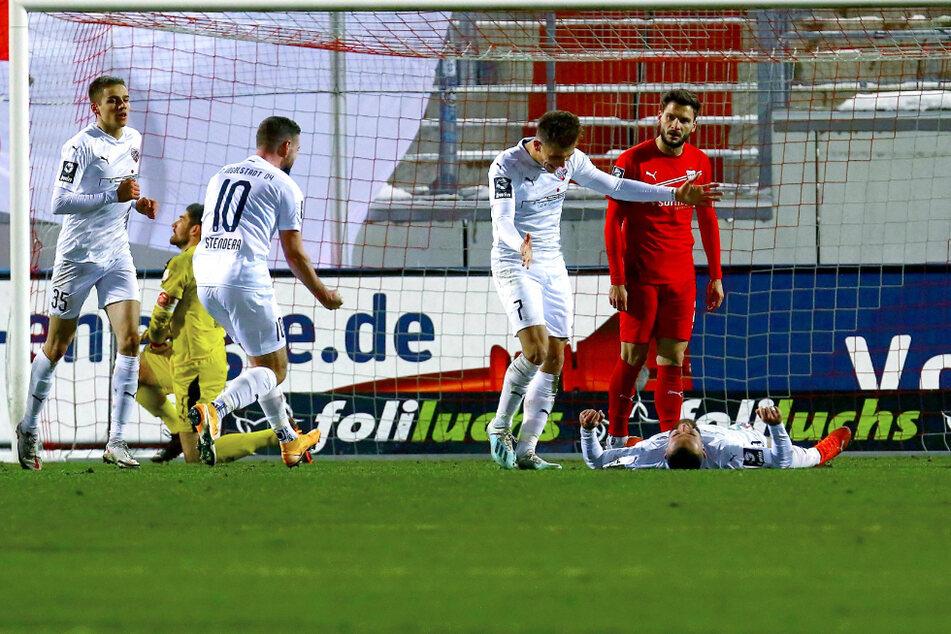 Während die Gäste ihren zweiten Treffer bejubelten, war Johannes Brinkies (2.v.l.) und Marco Schikora der Frust anzusehen.
