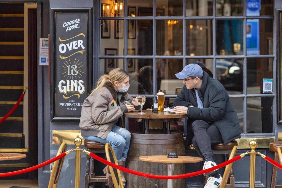 Gäste sitzen vor dem Cock and Lion Pub in Marylebone.
