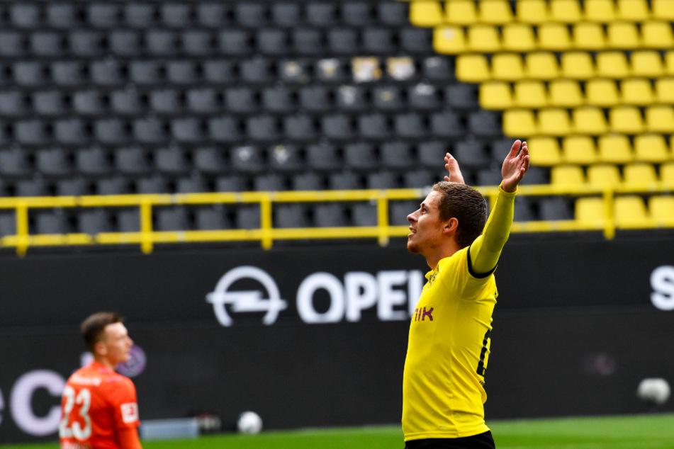 Thorgan Hazard (r.) jubelt über seinen Treffer zum 3:0 für den BVB vor der leeren Südtribüne.
